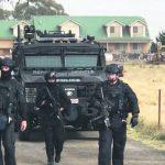 15-大批重裝警察昨天早晨搜查墨爾本郊區一座農莊。