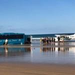 12a-好心巴士司機準備拖走被困沙灘的輕型飛機。
